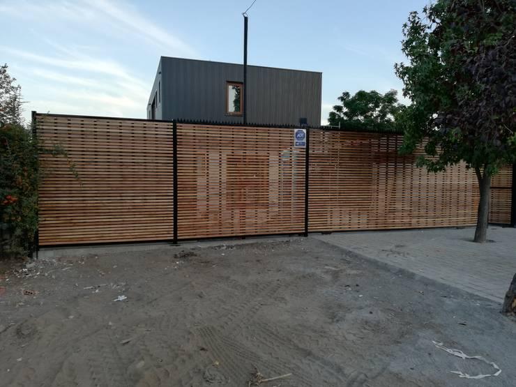 Portón Exterior: Casas de estilo  por Remodelaciones Santiago Eirl