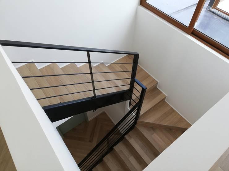 Escalera Interior: Escaleras de estilo  por Remodelaciones Santiago Eirl