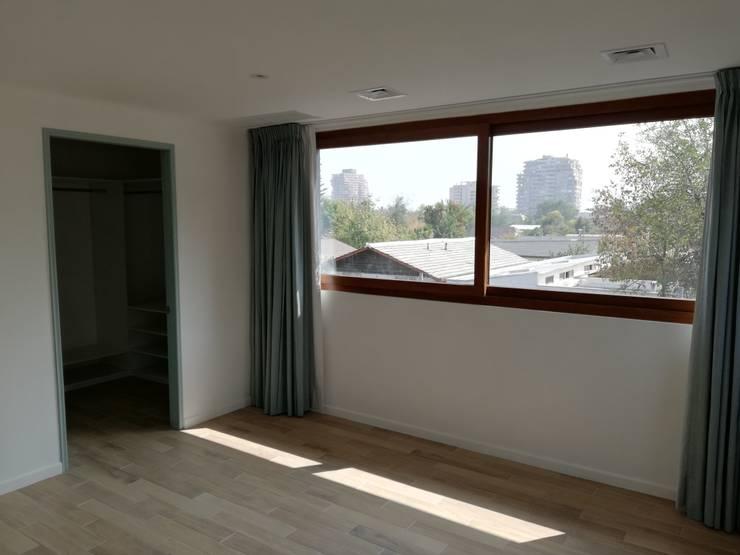 Habitación Principal: Dormitorios de estilo  por Remodelaciones Santiago Eirl