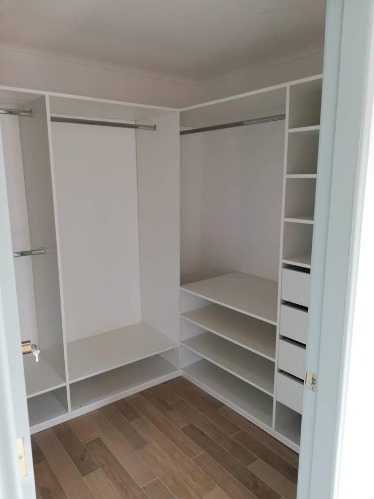 Walk in Closet: Dormitorios pequeños de estilo  por Remodelaciones Santiago Eirl