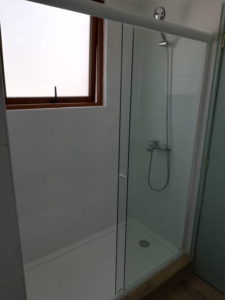 Ducha Baño Principal: Baños de estilo  por Remodelaciones Santiago Eirl
