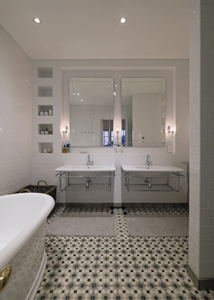 Bathroom by KMMA architects, Classic