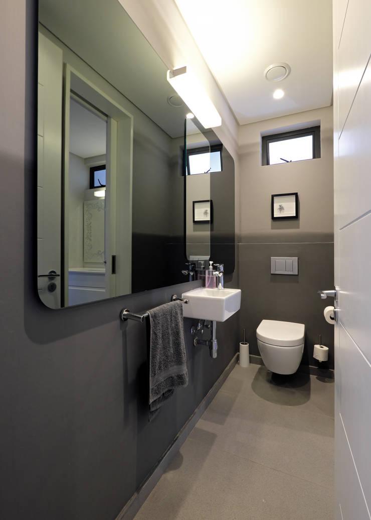 House Drelingcourt Fresnaye:  Bathroom by KMMA architects, Modern