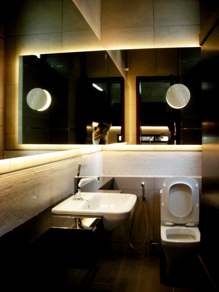 Country Heights:  Bathroom by Quek C2 architect