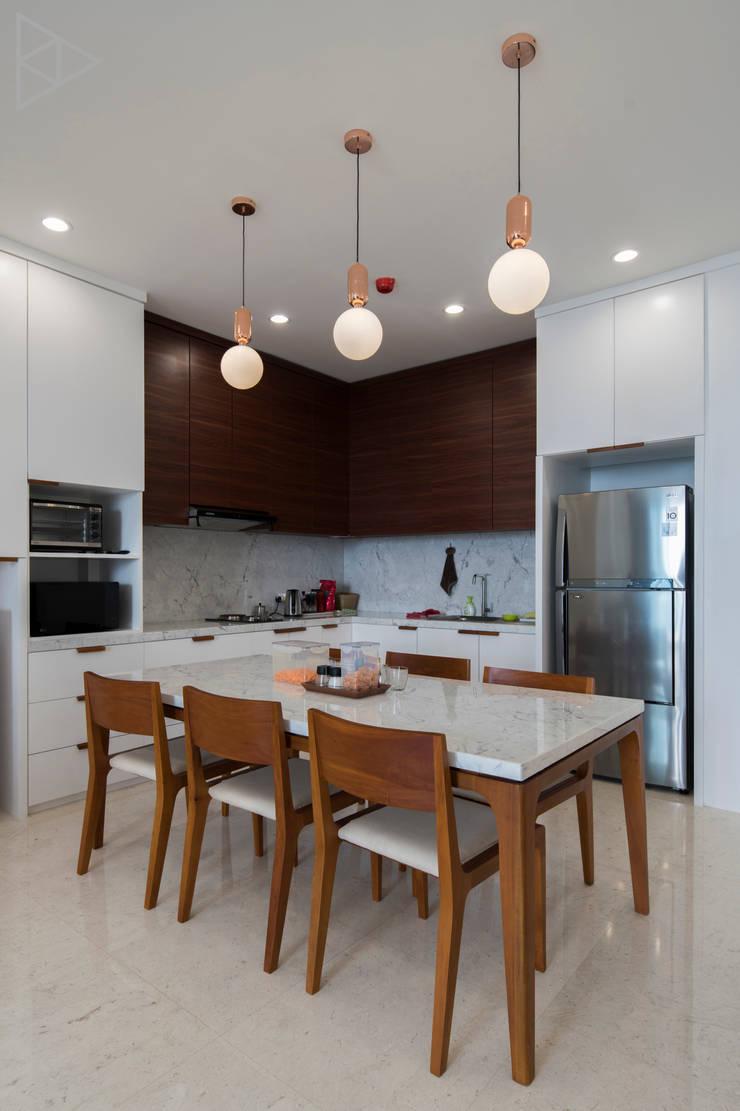 Dining Rooom:  Ruang Makan by TIES Design & Build
