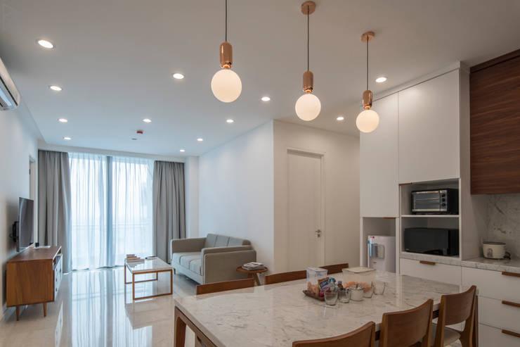 Dining Room:  Ruang Makan by TIES Design & Build