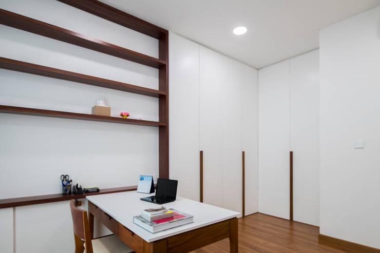 Study Room:  Ruang Kerja by TIES Design & Build