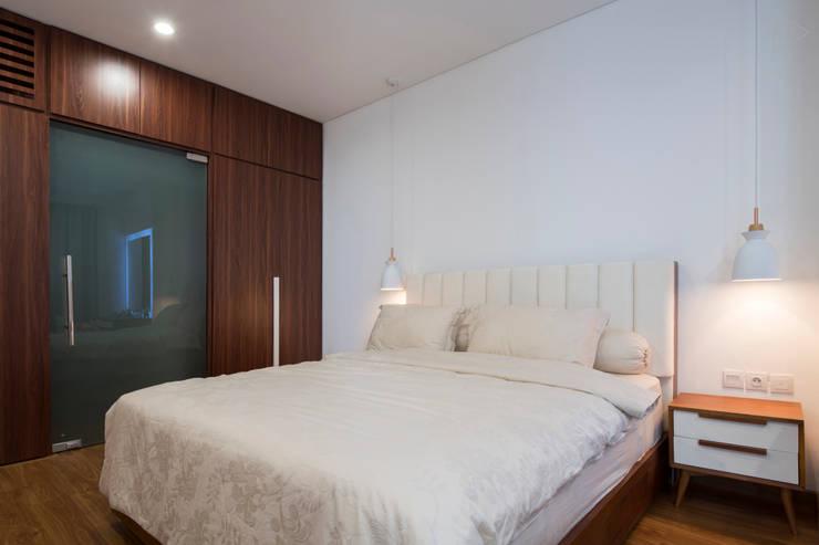Master Bedroom:  Kamar Tidur by TIES Design & Build