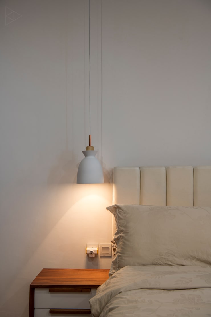 Bedside Lamp:  Kamar Tidur by TIES Design & Build