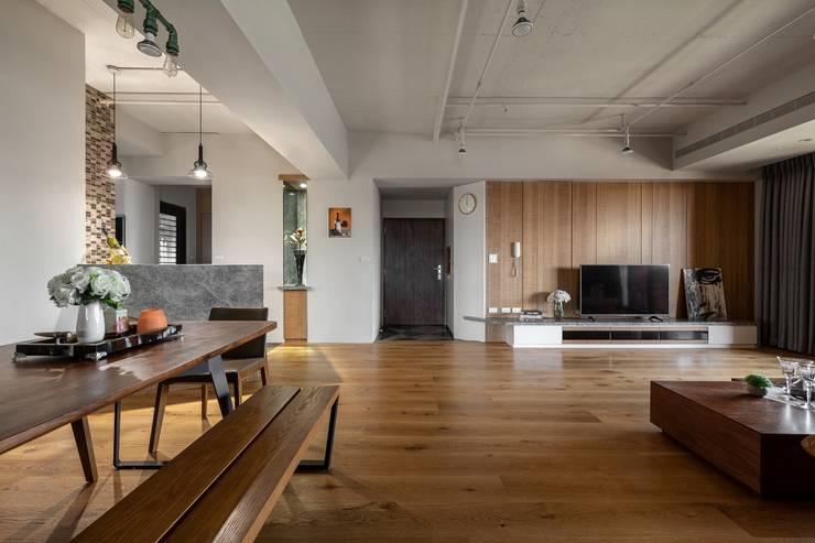 悠然寫意‧樂漫遊:  客廳 by 權相室內裝修設計有限公司