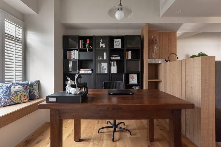 悠然寫意‧樂漫遊:  書房/辦公室 by 權相室內裝修設計有限公司
