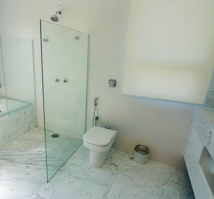 ห้องน้ำ โดย Lozí - Projeto e Obra, คลาสสิค