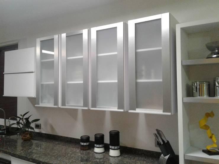 Módulos de aluminio y vidrio esmerilado.: Muebles de cocinas de estilo  por vuolo.arteydiseño