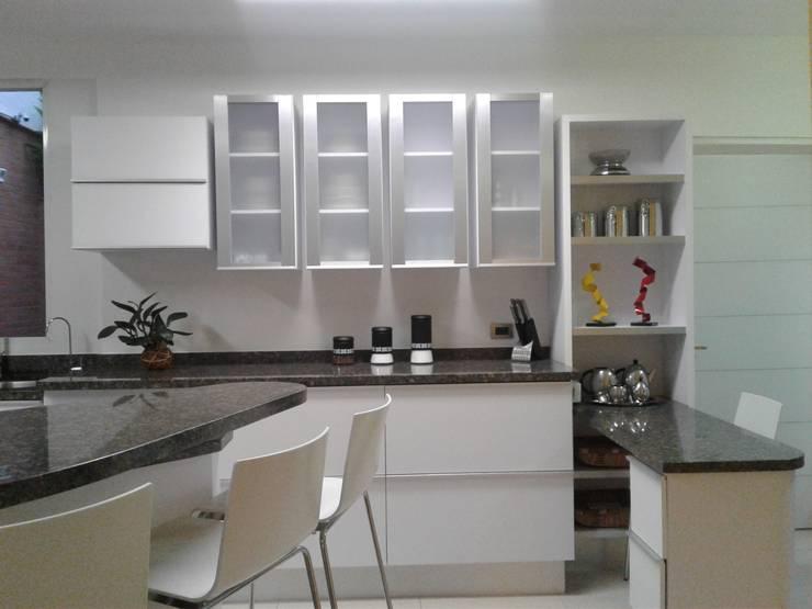 Combinación de colores para lograr un acabado ideal.: Muebles de cocinas de estilo  por vuolo.arteydiseño