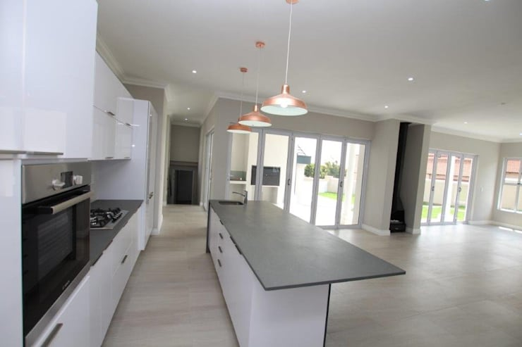 American Colonial House in Rietvlei, Centurion, Pretoria:  Built-in kitchens by Building Project X (Pty) Ltd.