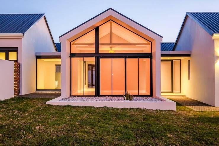 Casas ecológicas de estilo  por Building Project X (Pty) Ltd., Moderno