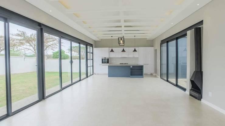 Wohnzimmer von Building Project X (Pty) Ltd., Modern