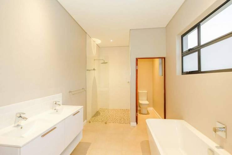 Baños de estilo  por Building Project X (Pty) Ltd., Moderno