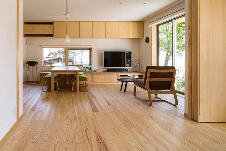 宇都宮・腕木の家: 中山大輔建築設計事務所/Nakayama Architectsが手掛けたリビングです。