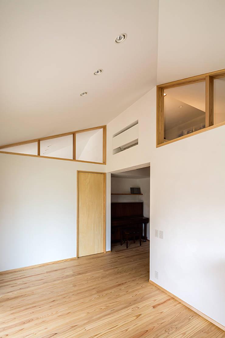 宇都宮・腕木の家: 中山大輔建築設計事務所/Nakayama Architectsが手掛けた寝室です。