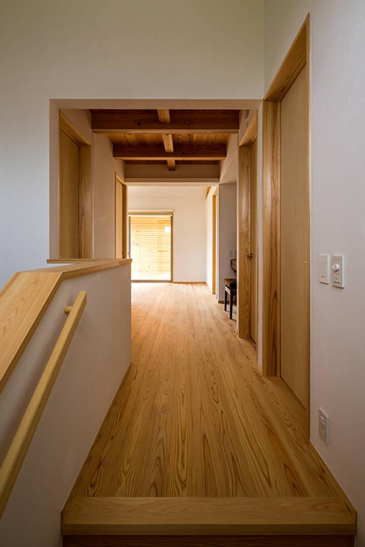 宇都宮・腕木の家: 中山大輔建築設計事務所/Nakayama Architectsが手掛けた廊下 & 玄関です。