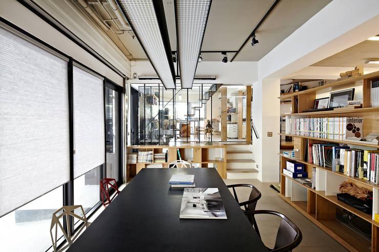 凸透設計事務所:  書房/辦公室 by 凸透設計-光庭建設,