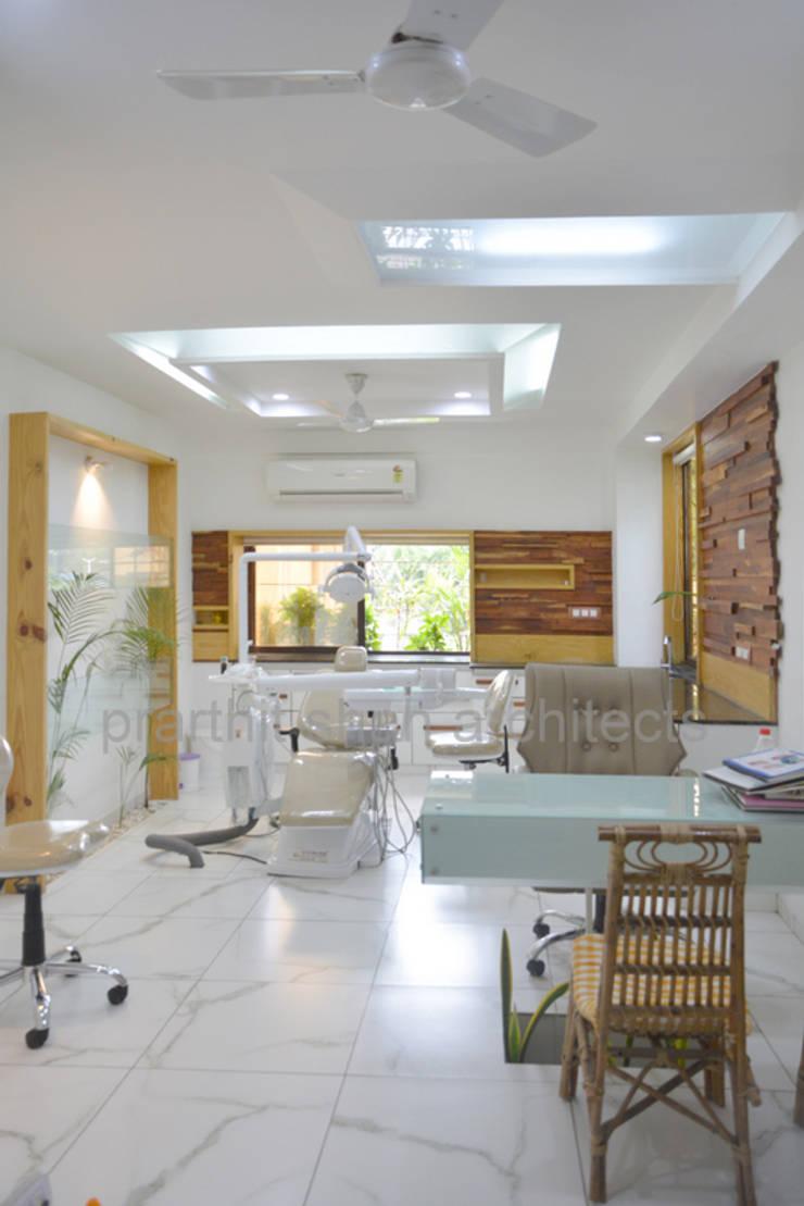 wooden cladding - dental clinic @ prarthna hospital:  Walls by prarthit shah architects,Modern