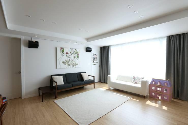 반포리체 39py 아파트: 트리플디자인의  거실,