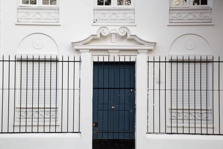 Vivienda Manuel Infante/ Oficinas: Edificios de Oficinas de estilo  por Bau-czek Spa