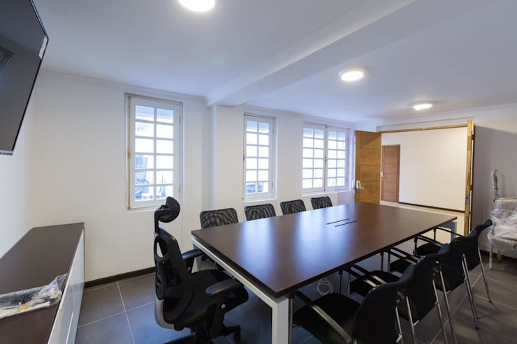 Vivienda Manuel Infante/ Oficinas: Oficinas y tiendas de estilo  por Bau-czek Spa
