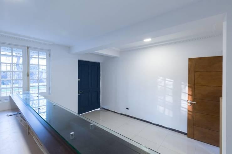 Vivienda Manuel Infante/ Oficinas: Oficinas y Comercios de estilo  por Bau-czek Spa