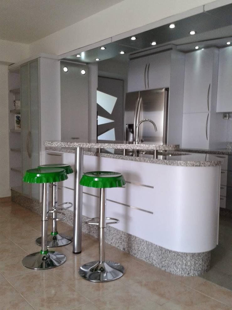 Concepto abierto.: Muebles de cocinas de estilo  por vuolo.arteydiseño