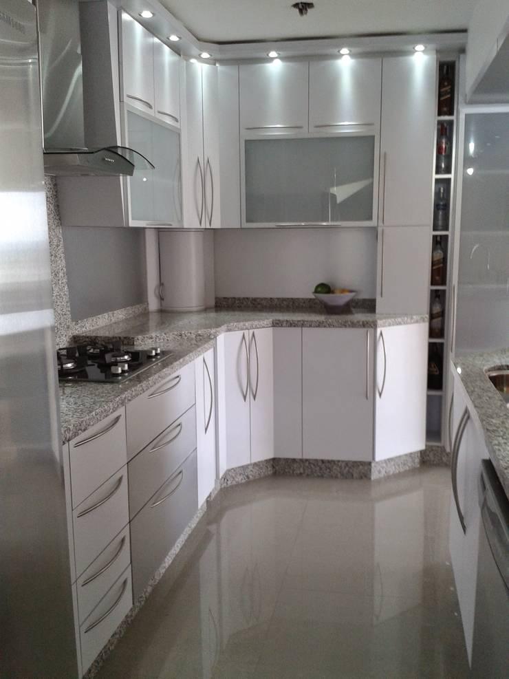 Módulos altos : Muebles de cocinas de estilo  por vuolo.arteydiseño