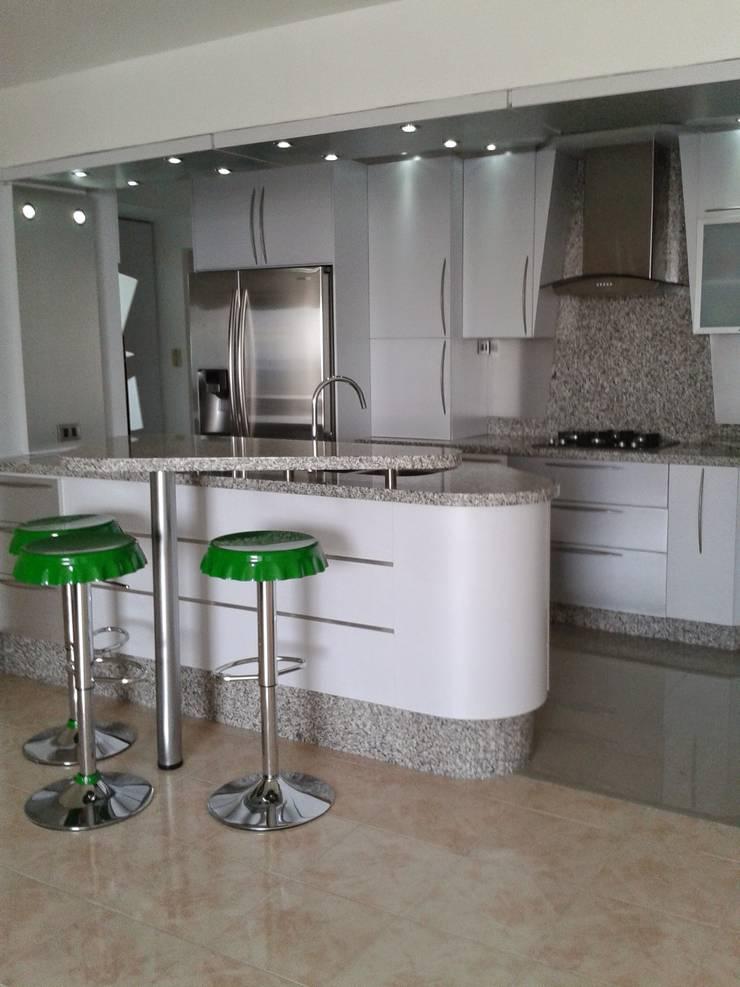 Cocina pequeña: Muebles de cocinas de estilo  por vuolo.arteydiseño