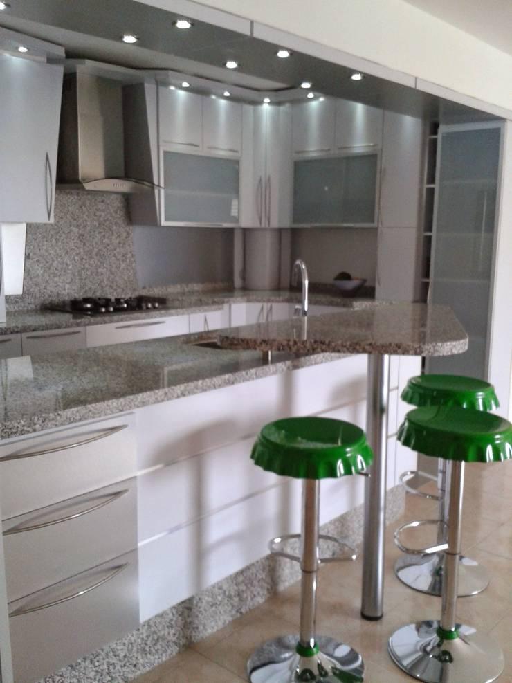 Taburetes: Muebles de cocinas de estilo  por vuolo.arteydiseño