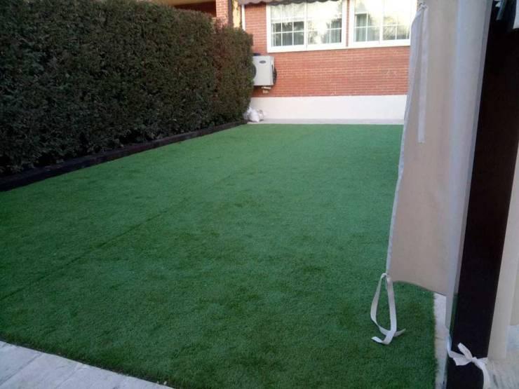 Rehabilitación del jardín e instalación de césped artificial Jardines de estilo mediterráneo de Almudena Madrid Interiorismo, diseño y decoración de interiores Mediterráneo