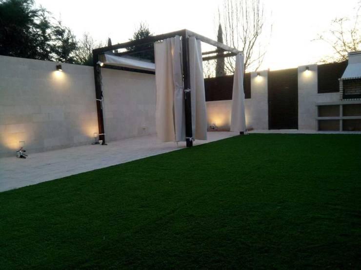 Jardín reformado con zona chill out Jardines de estilo mediterráneo de Almudena Madrid Interiorismo, diseño y decoración de interiores Mediterráneo