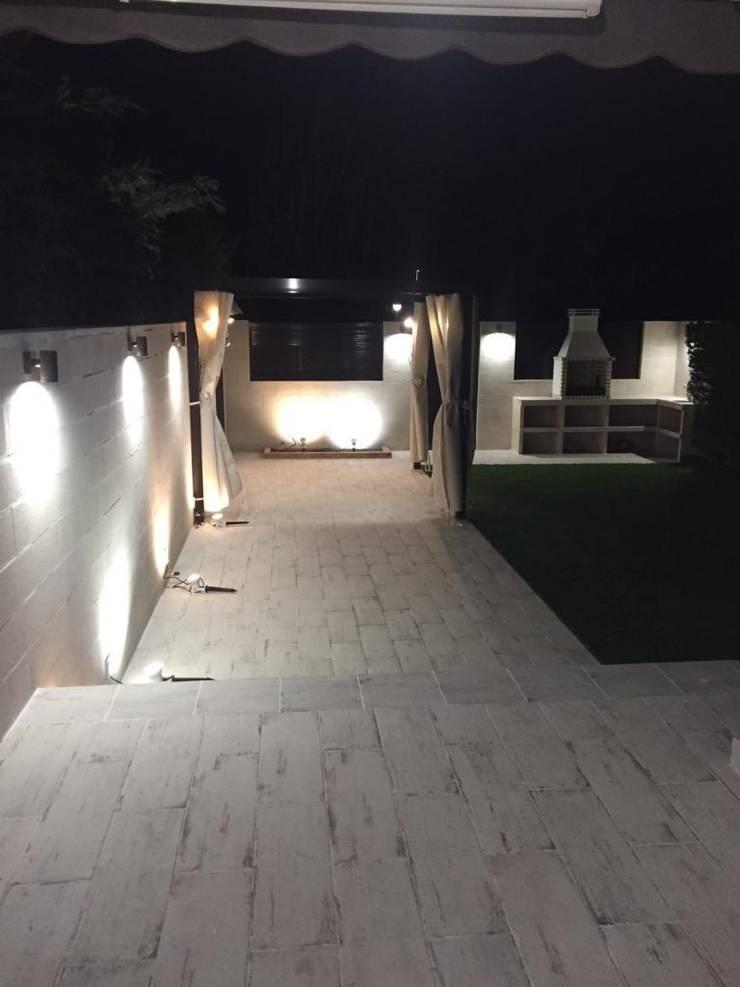Iluminación en el jardín Jardines de estilo mediterráneo de Almudena Madrid Interiorismo, diseño y decoración de interiores Mediterráneo
