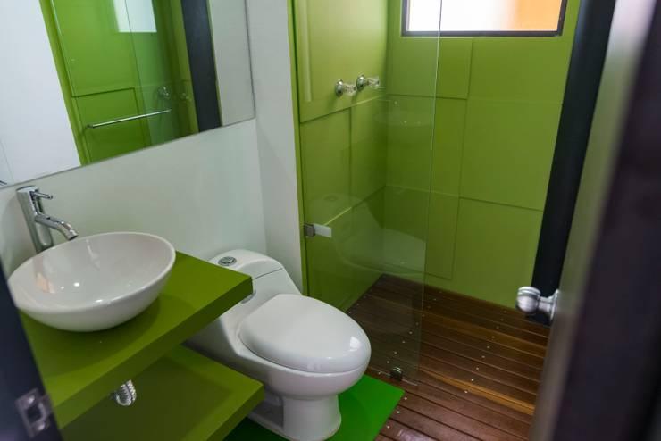 Diseño y restauración de baños: Baños de estilo  por Camacho Estudio de Arquitectura, Moderno Compuestos de madera y plástico