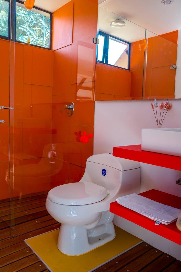Diseño y restauración de baños: Baños de estilo  por Camacho Estudio de Arquitectura, Rural Compuestos de madera y plástico