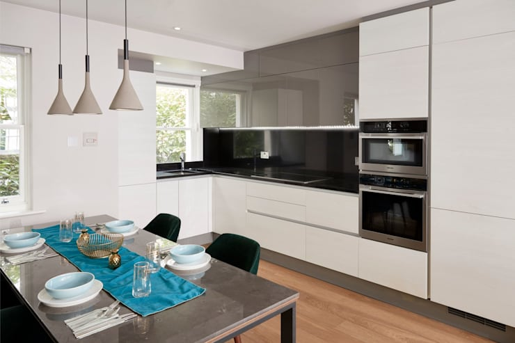 Smart kitchen and dining area:  Built-in kitchens by Urbanist Architecture,