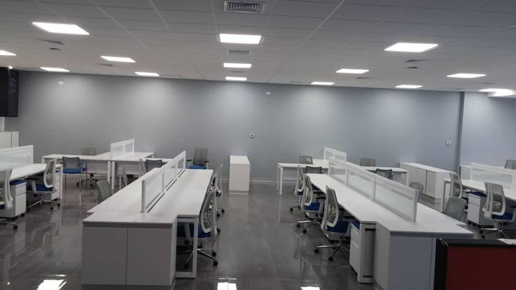 MOBILIARIO DE OFICINA <q>OPERATIVO</q>: Oficinas de estilo  por CORPORACION METAL OFFICE SAC