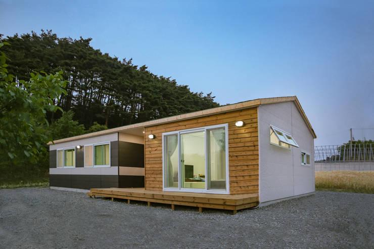 따뜻함이 감도는 전원주택: 공간제작소(주)의  목조 주택,