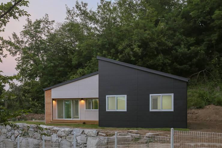 자연과 함께 숨쉬는 전원주택: 공간제작소(주)의  전원 주택,
