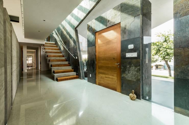 Vestíbulo: Pasillos y recibidores de estilo  por GRUPO VOLTA,