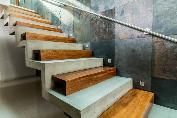 Detalle escalera.: Escaleras de estilo  por GRUPO VOLTA,