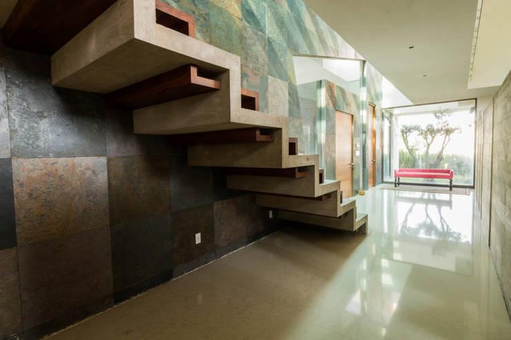 Escalera principal: Escaleras de estilo  por GRUPO VOLTA,