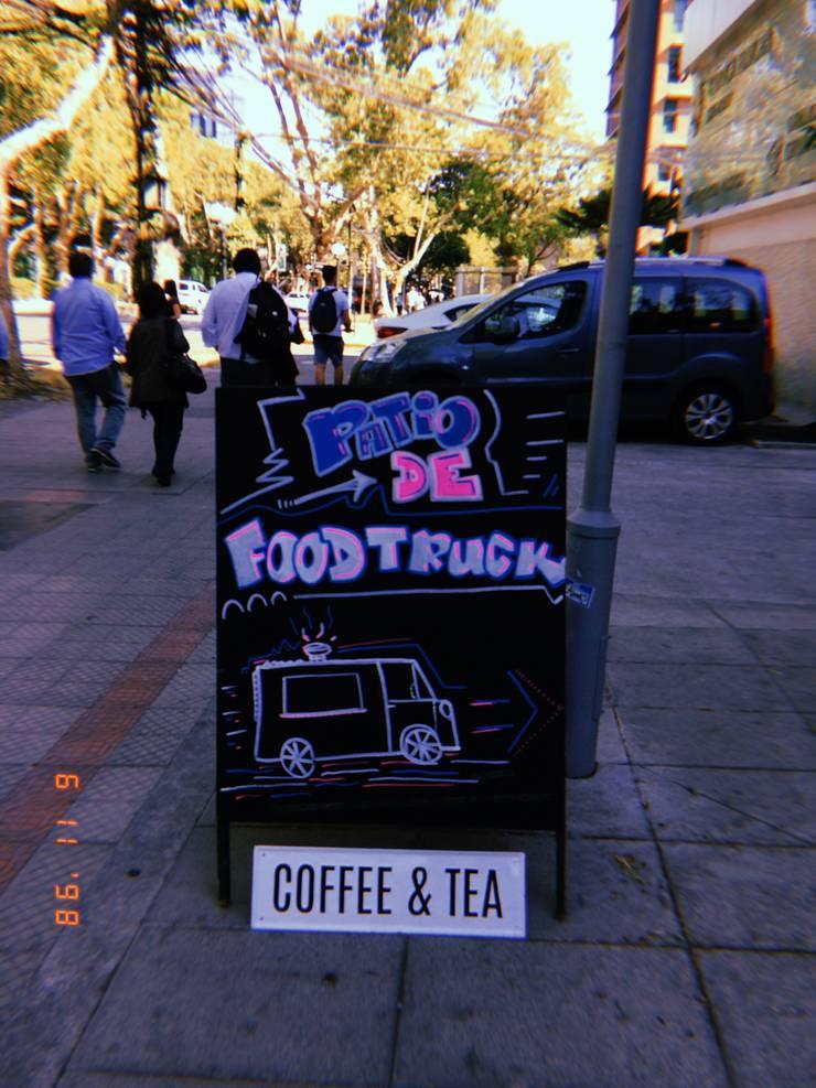 Patio de Bolsillo American Food Truckers – U. Autonoma: Restaurantes de estilo  por B+2