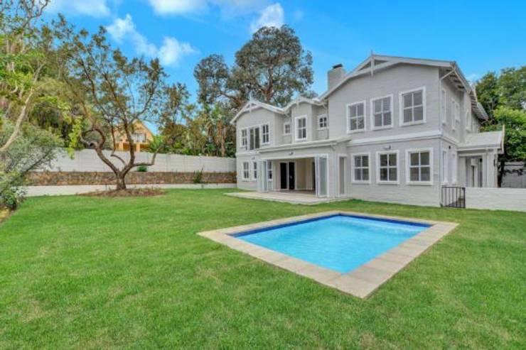 Modern Farmstyle Home:  Single family home by Venuï Architects,