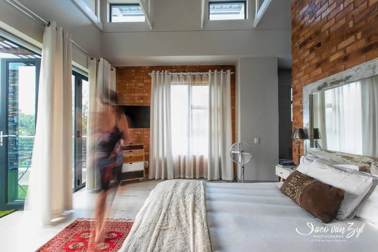 House JP—Pretoria:  Small bedroom by Jaco van Zyl Photography,